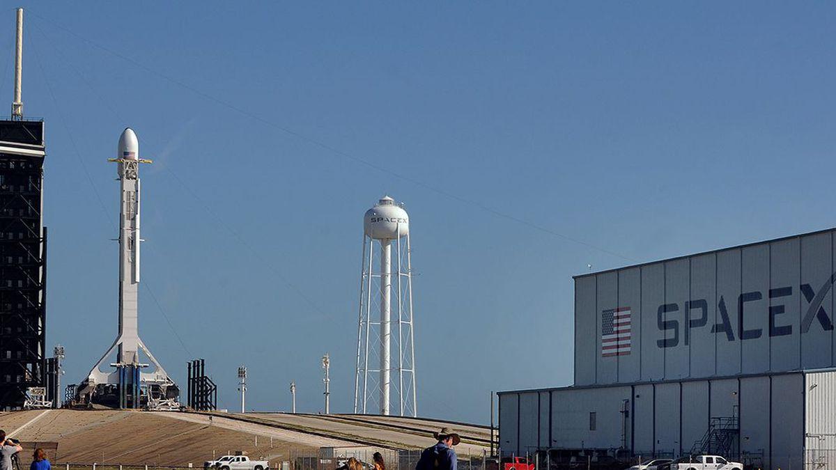 SpaceX scrubs Falcon 9 rocket launch