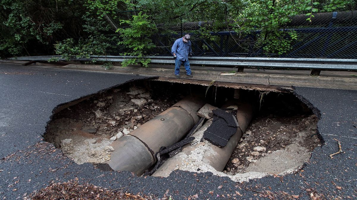 Giant sinkhole forms in Austin after heavy rain