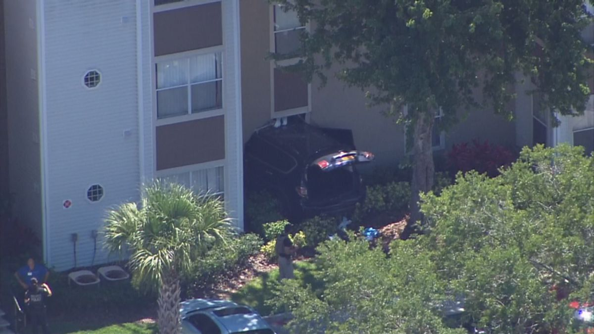 Man crashes into apartment after being shot, Orlando police say
