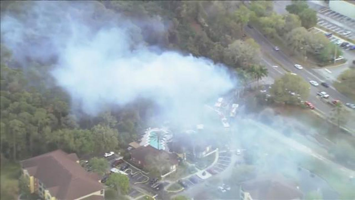 Brush fire near apartment complex 80% contained, Orange County Fire Rescue says
