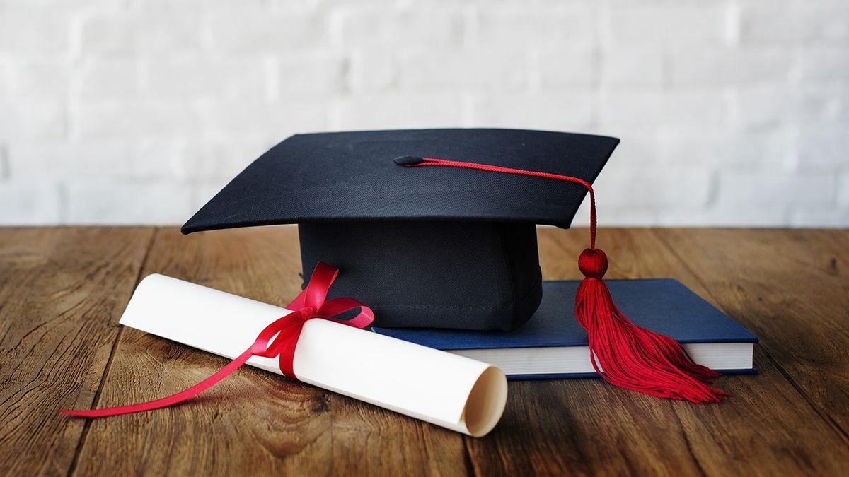 Twins graduate from Louisiana high school as valedictorian, salutatorian